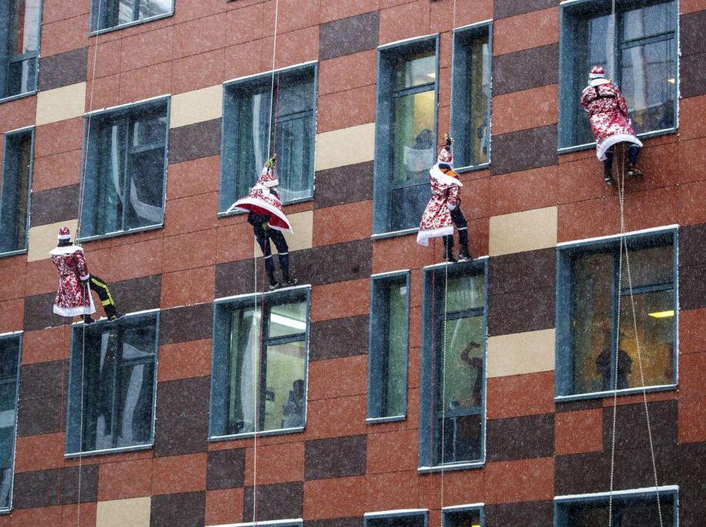 Panjat Tembok, Santa Klaus Hibur Anak di RS Rusia