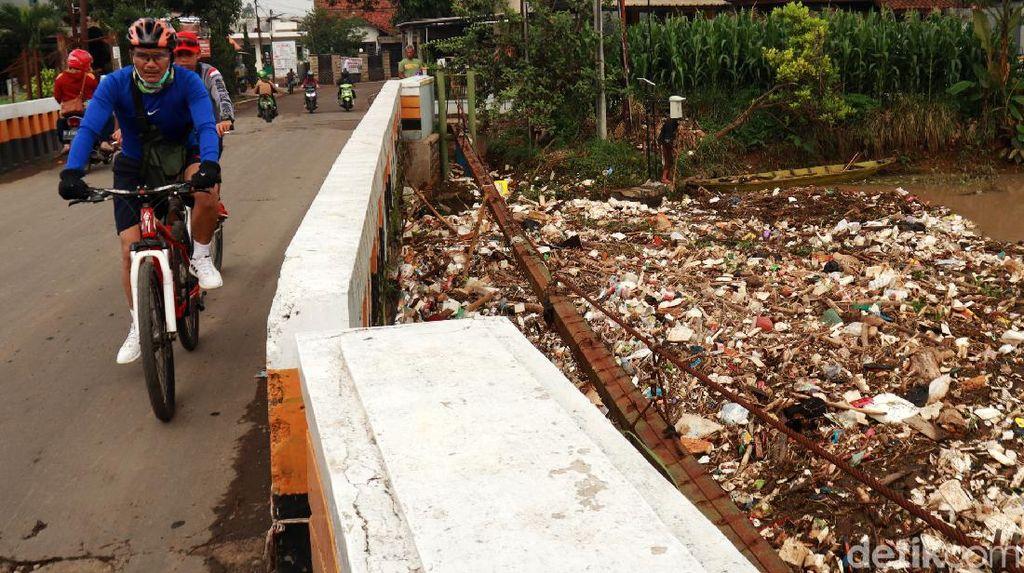 Jorok! Sampah Menumpuk di Bawah Jembatan Sungai Cikeruh