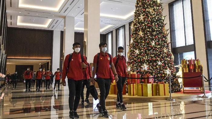 Sejumlah pesepak bola Timnas Indonesia U-19 menikmati makanan sebelum berangkat ke bandara internasional Soekarno Hatta di Hotel Fairmont, Jakarta, Sabtu (26/12/2020). Sebanyak 30 pesepak bola Timnas Indonesia U-19 akan melaksanakan pemusatan latihan (TC) di Spanyol hingga 31 Januari 2021 sebagai persiapan menghadapi Piala AFC U-19. ANTARA FOTO/M Risyal Hidayat/aww.
