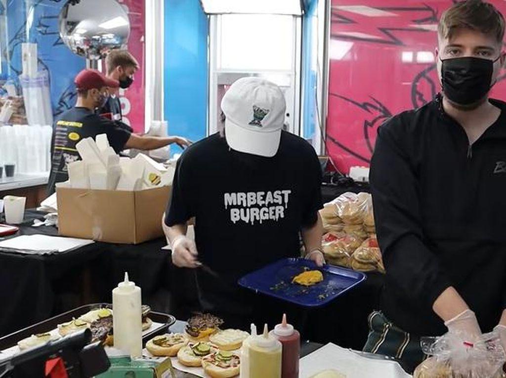Sultan! YouTuber Ini Buka Resto Gratis dan Beri Pelanggan Uang Segepok