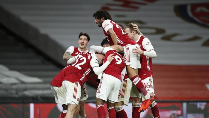 LONDON, ENGLAND - DECEMBER 26: Bukayo Saka of Arsenal celebrates with teammates after scoring their sides third goal during the Premier League match between Arsenal and Chelsea at Emirates Stadium on December 26, 2020 in London, England. The match will be played without fans, behind closed doors as a Covid-19 precaution. (Photo by Andrew Boyers - Pool/Getty Images)