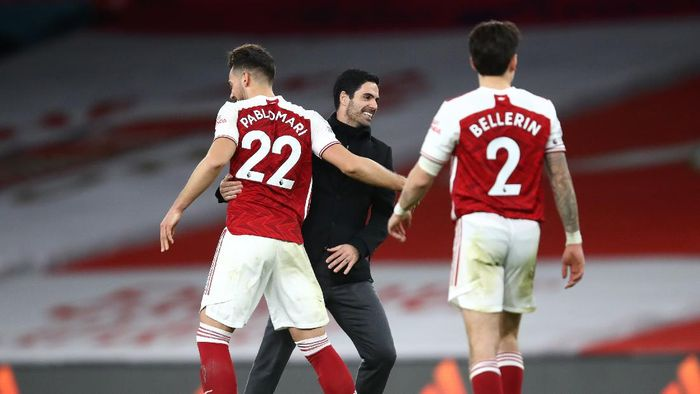 LONDON, ENGLAND - DECEMBER 26: Mikel Arteta, Manager of Arsenal and Pablo Mari of Arsenal celebrate following their teams victory in the Premier League match between Arsenal and Chelsea at Emirates Stadium on December 26, 2020 in London, England. The match will be played without fans, behind closed doors as a Covid-19 precaution. (Photo by Julian Finney/Getty Images)