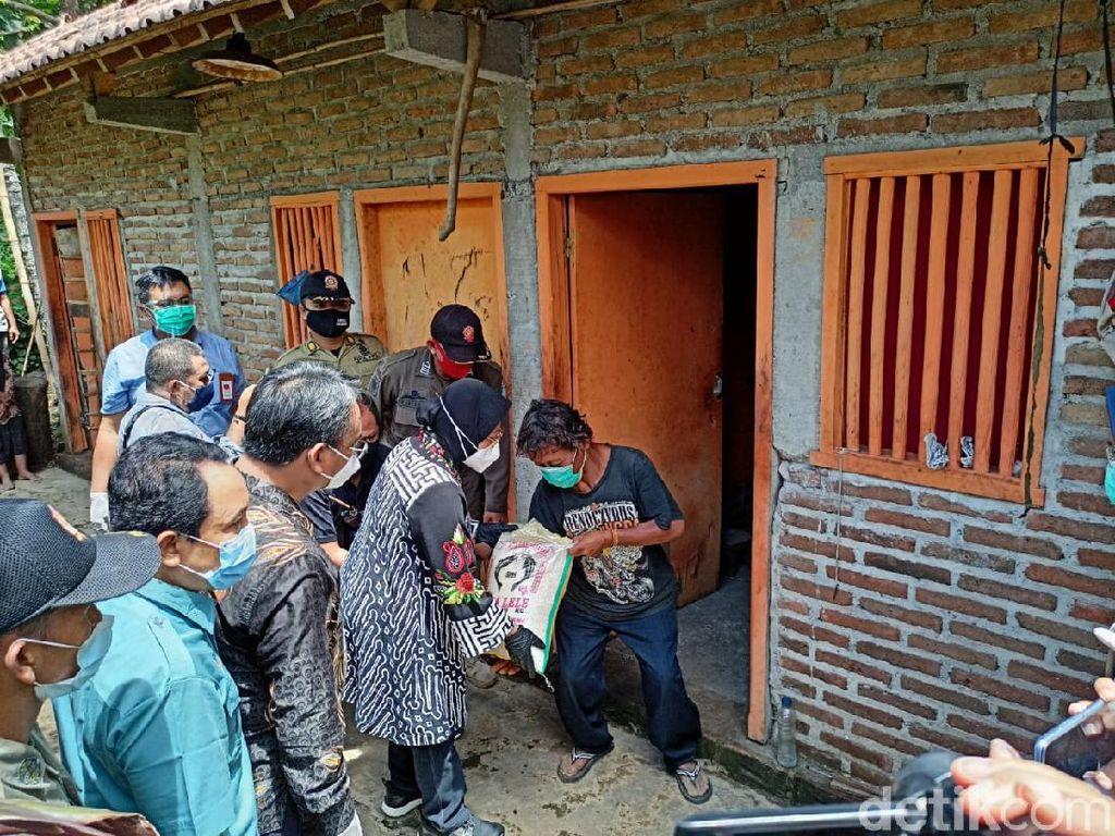 Beri Bantuan Warga Ponorogo, Risma Didampingi Pejabat Pemkot Surabaya