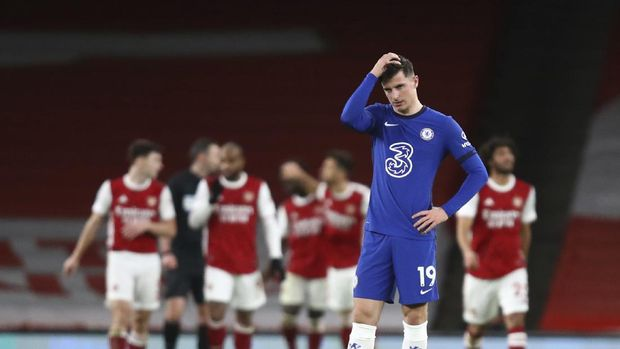 Chelsea's Mason Mount waits for the restart the game after arsenal scored their 3rd goal of the match during their English Premier League soccer match between Arsenal and Chelsea at the Emirates stadium in London, Saturday, Dec. 26, 2020. (Julian Finney Pool via AP)