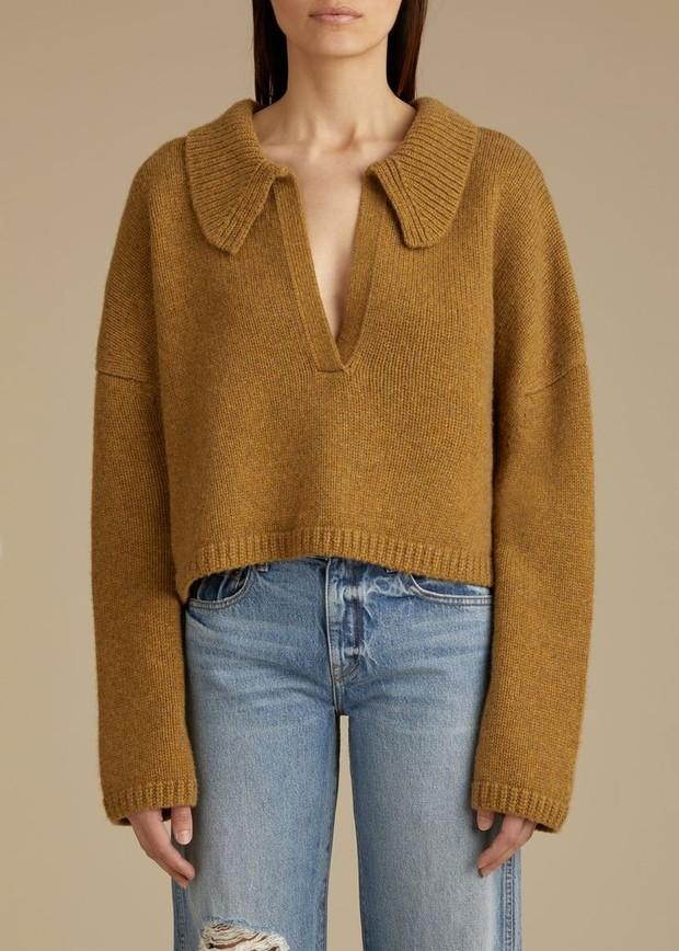 Kalau kamu mencari sweater baru untuk antisipasi cuaca dingin selama musim hujan, kamu bisa tambahkan collared sweaters ke koleksi sweater kamu!