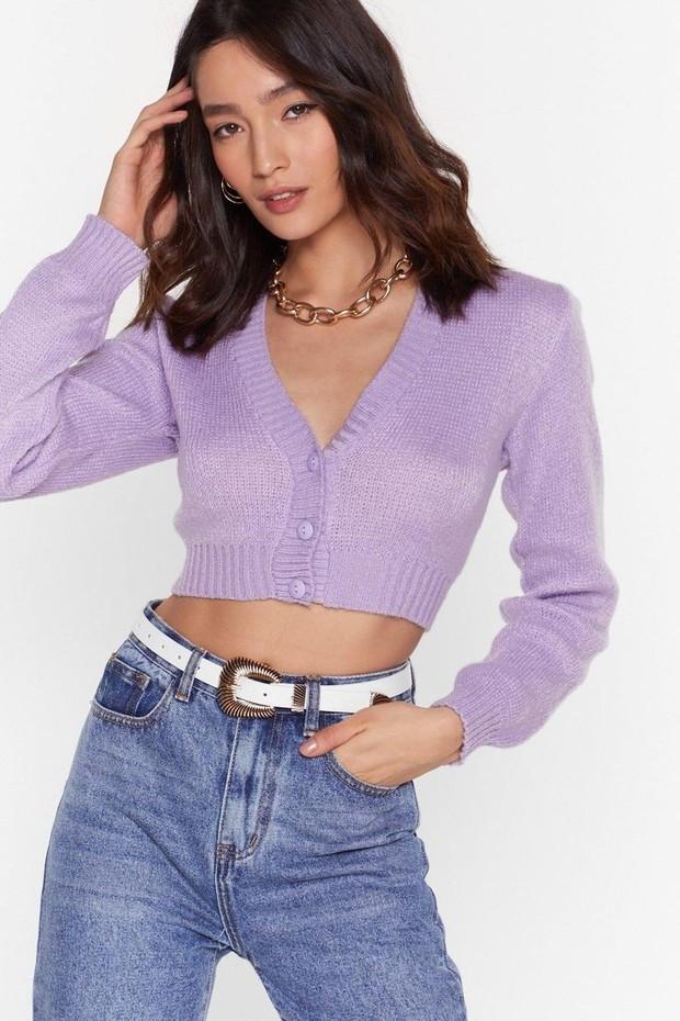 Cropped sweater menjadi jenis sweater yang sangat istimewa. karena gaya ini membangkitkan kenangan akan fashion tahun 1990-an,