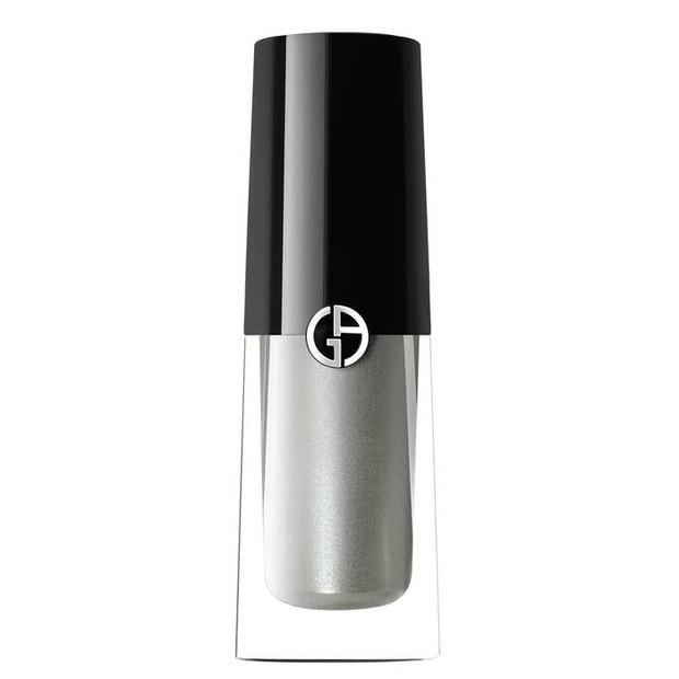 Liquid eyeshadow dari Armani ini dapat memungkinkan penyesuaian penuh, sehingga kamu bisa memakainya dengan berbagai cara.