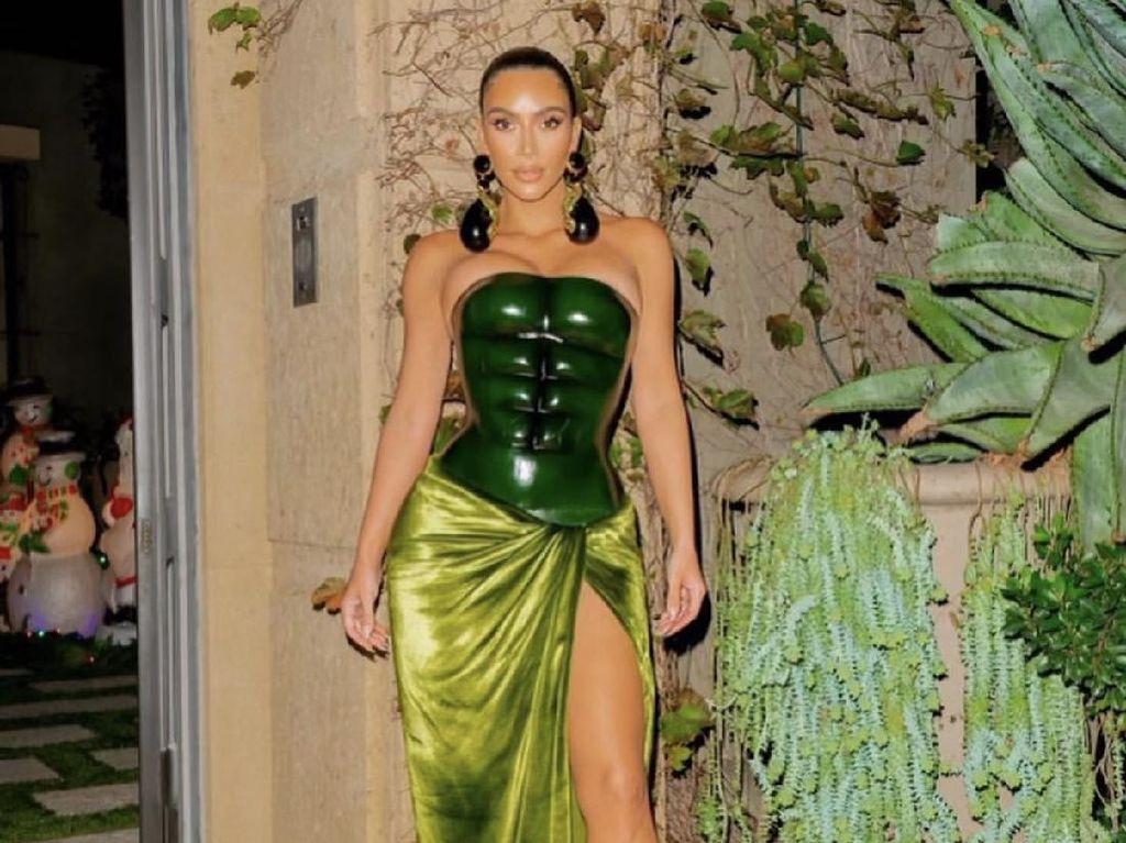Pakai Baju Hijau Saat Natal, Kim Kardashian Diejek Mirip Kura-kura Ninja