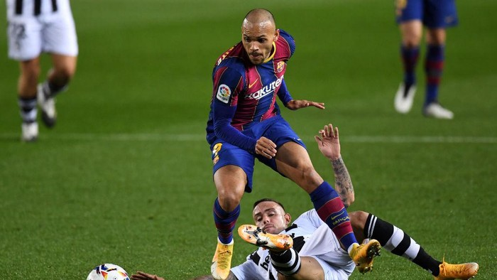 BARCELONA, SPAIN - DECEMBER 13: Martin Braithwaite of Barcelona is challenged by Roger of Levante during the La Liga Santander match between FC Barcelona and Levante UD at Camp Nou on December 13, 2020 in Barcelona, Spain. Sporting stadiums around Spain remain under strict restrictions due to the Coronavirus Pandemic as Government social distancing laws prohibit fans inside venues resulting in games being played behind closed doors. (Photo by David Ramos/Getty Images)