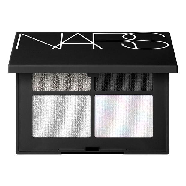 Eyeshadow dari NARS ini memiliki warna yang pekat dan tekstur yang mewah, hanya dengan satu produk kamu memiliki empat opsi untuk tampilan yang berkilau.