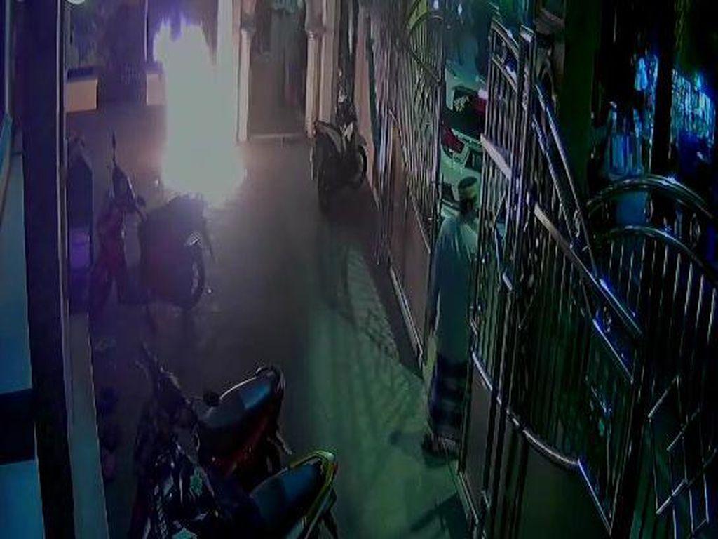 Detik-detik Pria Lempar Molotov ke Masjid di Cengkareng Terekam CCTV