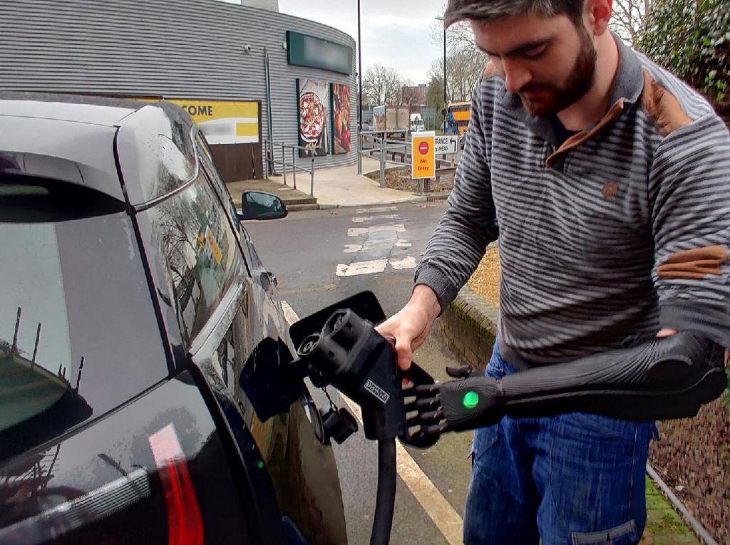 Stasiun Pengisian Mobil Listrik Kurang Ramah Terhadap Difabel