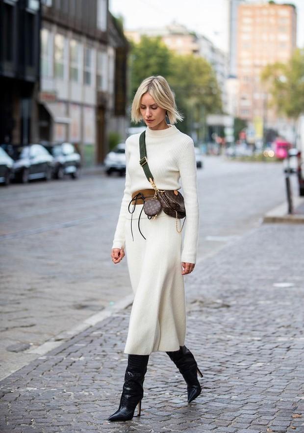 Memilih sweater dresses saat musim hujan juga menjadi pilihan terbaik yang akan membuat pakaian cuaca dingin tetap menyenangkan.