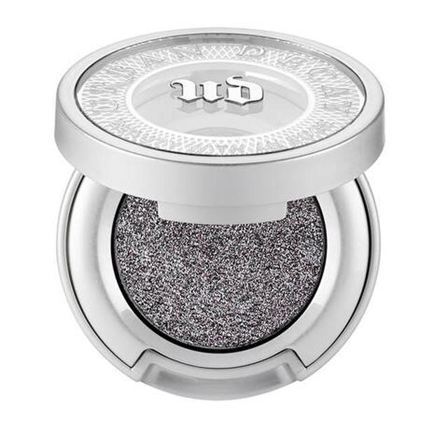 Kalau eyeshadow yang satu ini cocok digunakan buat kalian yang lebih suka bereksperimen dengan riasan mata warna silver.