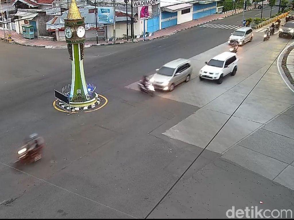 Terobos Lampu Merah, Pemotor Ini Tertabrak Hingga Terpental