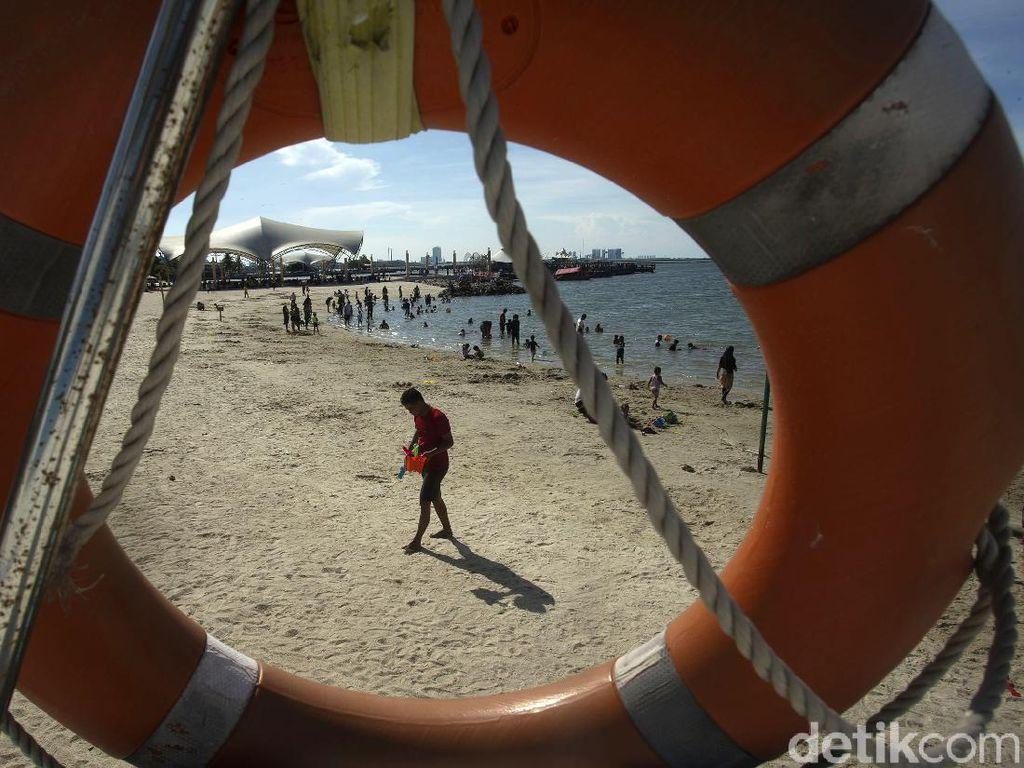Warga Habiskan Libur Nataru di Pantai Ancol