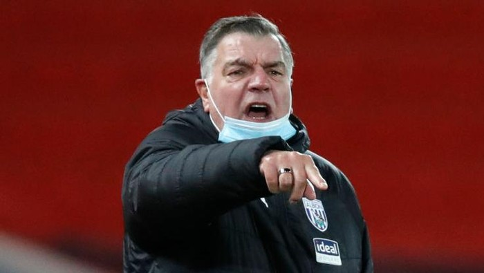 LIVERPOOL, ENGLAND - DECEMBER 27: Sam Allardyce, Manager of West Bromwich Albion gives his team instructions during the Premier League match between Liverpool and West Bromwich Albion at Anfield on December 27, 2020 in Liverpool, England. A limited number of fans (2000) are welcomed back to stadiums to watch elite football across England. This was following easing of restrictions on spectators in tiers one and two areas only. (Photo by Clive Brunskill/Getty Images)
