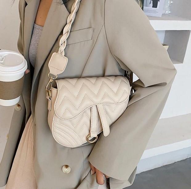 Baguette Bag/source:instagram.com/leisha.id