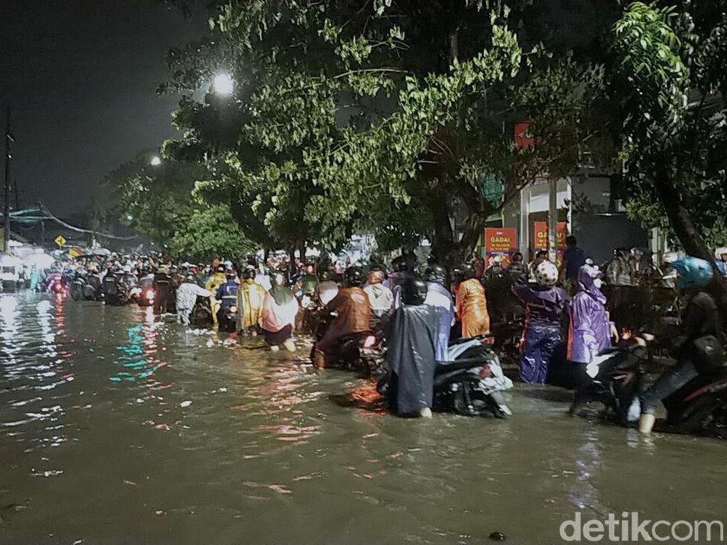 Hujan 2 Jam Bikin Surabaya Tergenang, Macet Parah dan Banyak Motor Mogok