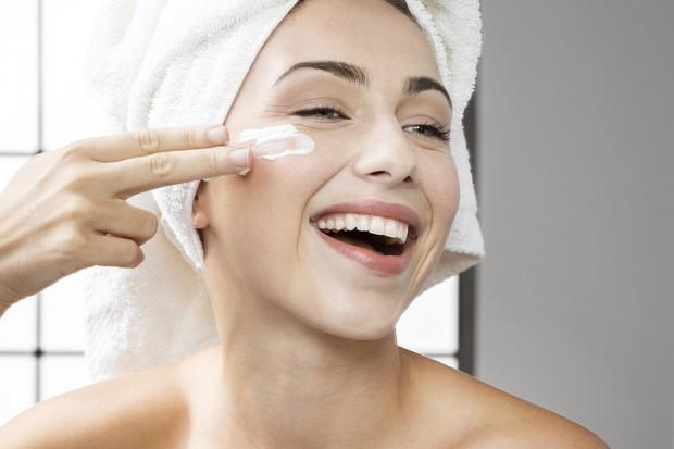 Manfaat bakuchiol untuk mencerahkan kulit.