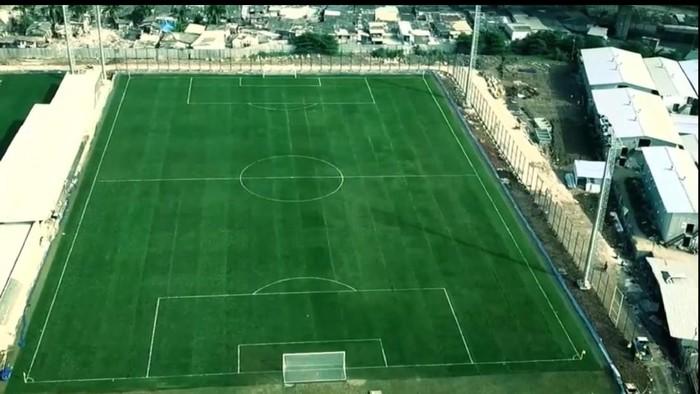 Lapangan latihan Jakarta International Stadium memakai rumput hybrid.