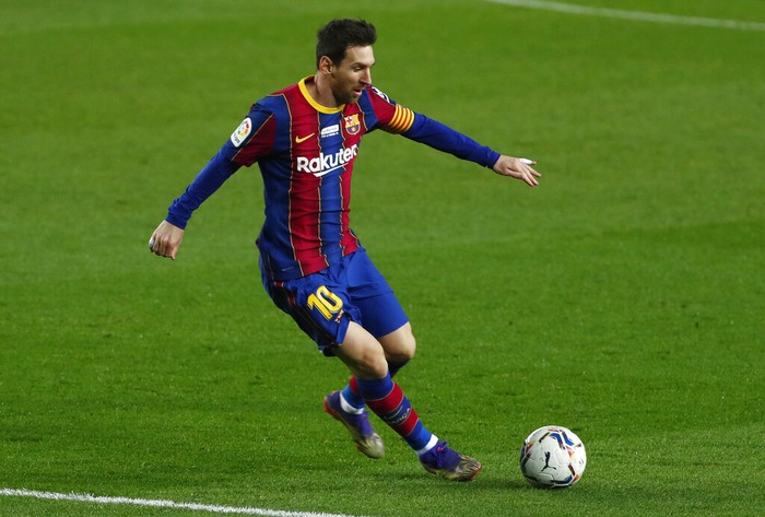 Barcelona's Lionel Messi controls the ball on the edge of the penalty area during the Spanish La Liga soccer match between Barcelona and Valencia at the Camp Nou stadium in Barcelona, Spain, Saturday, Dec. 19, 2020. (AP Photo/Joan Monfort)