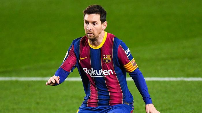 BARCELONA, SPAIN - DECEMBER 16: Lionel Messi of FC Barcelona looks on during the La Liga Santander match between FC Barcelona and Real Sociedad at Camp Nou on December 16, 2020 in Barcelona, Spain. Sporting stadiums around Spain remain under strict restrictions due to the Coronavirus Pandemic as Government social distancing laws prohibit fans inside venues resulting in games being played behind closed doors. (Photo by David Ramos/Getty Images)