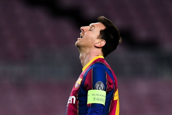 BARCELONA, SPAIN - DECEMBER 08: Lionel Messi of FC Barcelona shows his dejection during the UEFA Champions League Group G stage match between FC Barcelona and Juventus at Camp Nou on December 08, 2020 in Barcelona, Spain. Sporting stadiums around Spain remain under strict restrictions due to the Coronavirus Pandemic as Government social distancing laws prohibit fans inside venues resulting in games being played behind closed doors. (Photo by David Ramos/Getty Images)