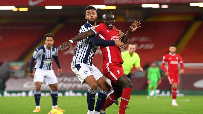 LIVERPOOL, ENGLAND - DECEMBER 27: Darnell Furlong of West Bromwich Albion and Sadio Mane of Liverpool battle for possession during the Premier League match between Liverpool and West Bromwich Albion at Anfield on December 27, 2020 in Liverpool, England. A limited number of fans (2000) are welcomed back to stadiums to watch elite football across England. This was following easing of restrictions on spectators in tiers one and two areas only. (Photo by Stu Forster/Getty Images)