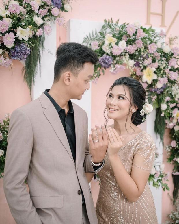 Potret lamaran Hanum Mega dan calon suami.