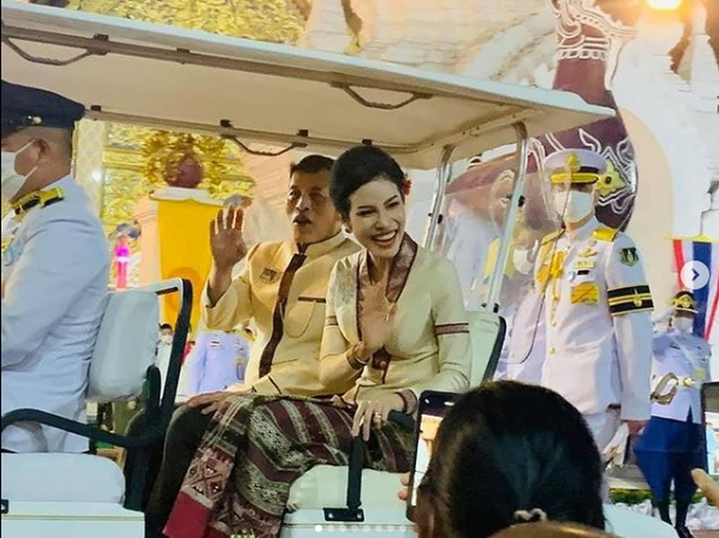 Raja Thailand Menobatkan Selirnya Sebagai Ratu di Tengah Kasus Foto Syur