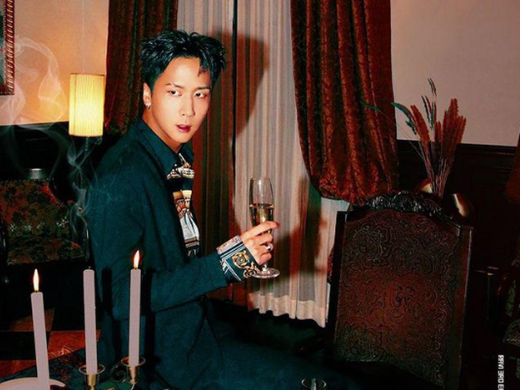 Ravi VIXX Kelihatan Keren Saat Minum Es Kopi dan Cola