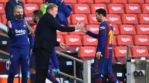 BARCELONA, SPAIN - NOVEMBER 29: Ronald Koeman, Head Coach of Barcelona shakes hands with Lionel Messi  during the La Liga Santander match between FC Barcelona and C.A. Osasuna at Camp Nou on November 29, 2020 in Barcelona, Spain. Sporting stadiums around Spain remain under strict restrictions due to the Coronavirus Pandemic as Government social distancing laws prohibit fans inside venues resulting in games being played behind closed doors. (Photo by David Ramos/Getty Images)