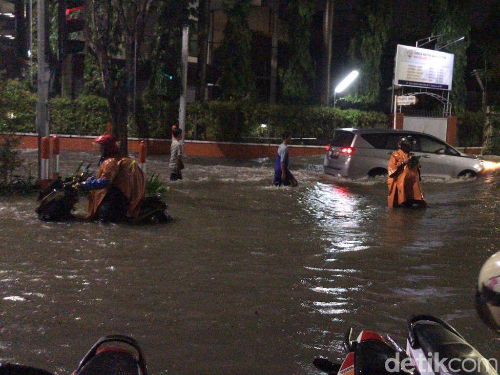 Hujan 2 Jam, Beberapa Kawasan di Surabaya Tergenang Air Selutut Orang Dewasa