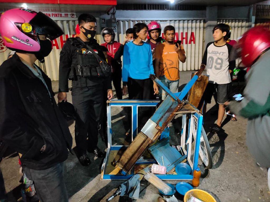 Tukang Bakso di Makassar Ditabrak Lari, Gerobak Hancur-Dilarikan ke RS