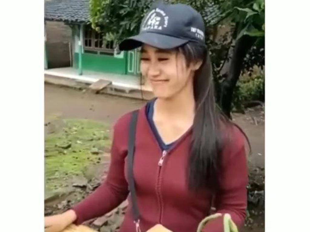 Wanita Cantik Ini Tak Gengsi Jualan Sayur Pakai Motor Bebek, Netizen Kagum