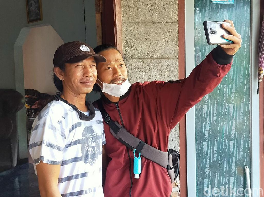 Sibuknya Pria Banyuwangi Mirip Jokowi Layani Warga Ingin Selfie