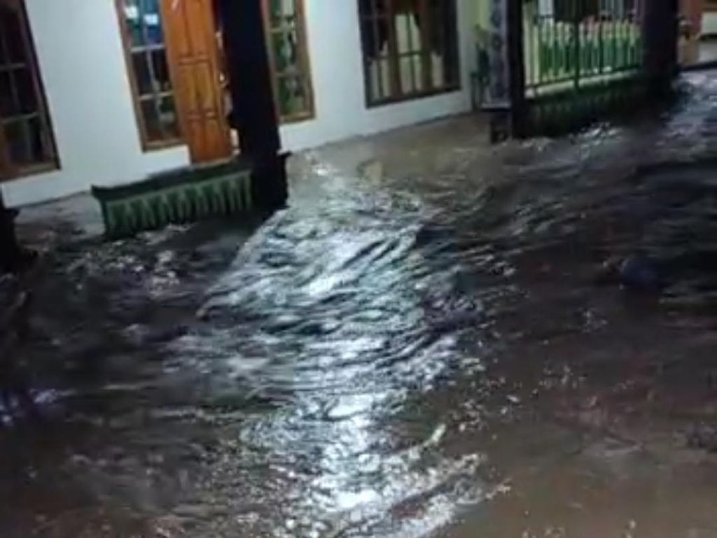 Banjir Akibat Hujan Deras 2 Jam Rendam 300 Rumah di Madiun