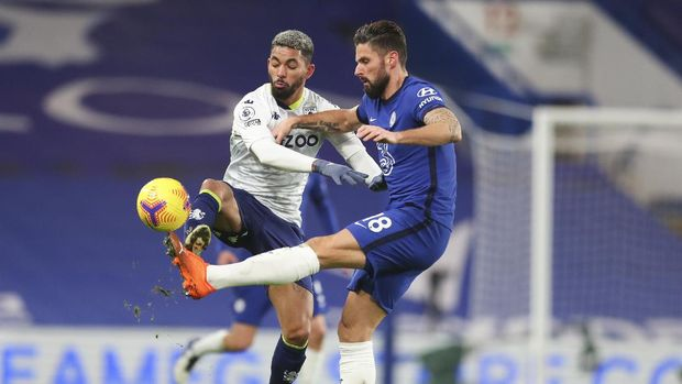 Chelsea's Olivier Giroud, right, and Aston Villa's Douglas Luiz vie for the ball during the English Premier League soccer match between Chelsea and Aston Villa in London, England, Monday, Dec. 28, 2020. (Catherine Ivill/Pool via AP)