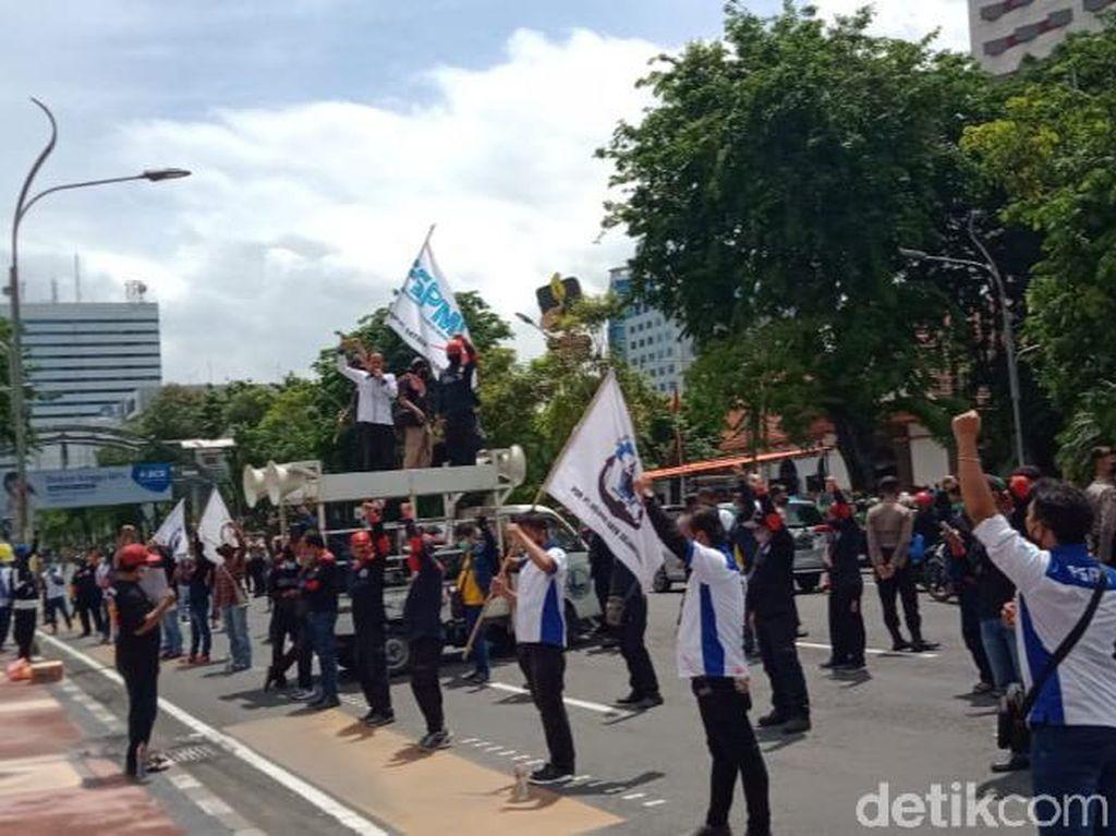 Massa KSPI Suarakan Tolak Omnibus Law dengan Social Distancing
