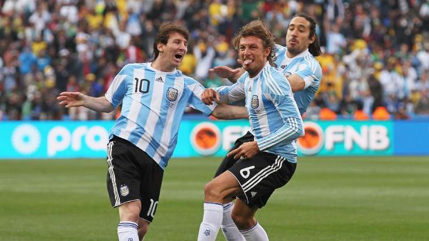 JOHANNESBURG, SOUTH AFRICA - JUNE 12:  Gabriel Heinze of Argentina celebrates with teammates Lionel Messi (L) and Martin Demichelis (R) after he scores the opening goal during the 2010 FIFA World Cup South Africa Group B match between Argentina and Nigeria at Ellis Park Stadium on June 12, 2010 in Johannesburg, South Africa.  (Photo by Chris McGrath/Getty Images)