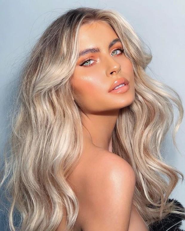 Seperti trend di tahun 2020, glossy lips akan terus menjadi tampilan yang tepat di tahun depan.