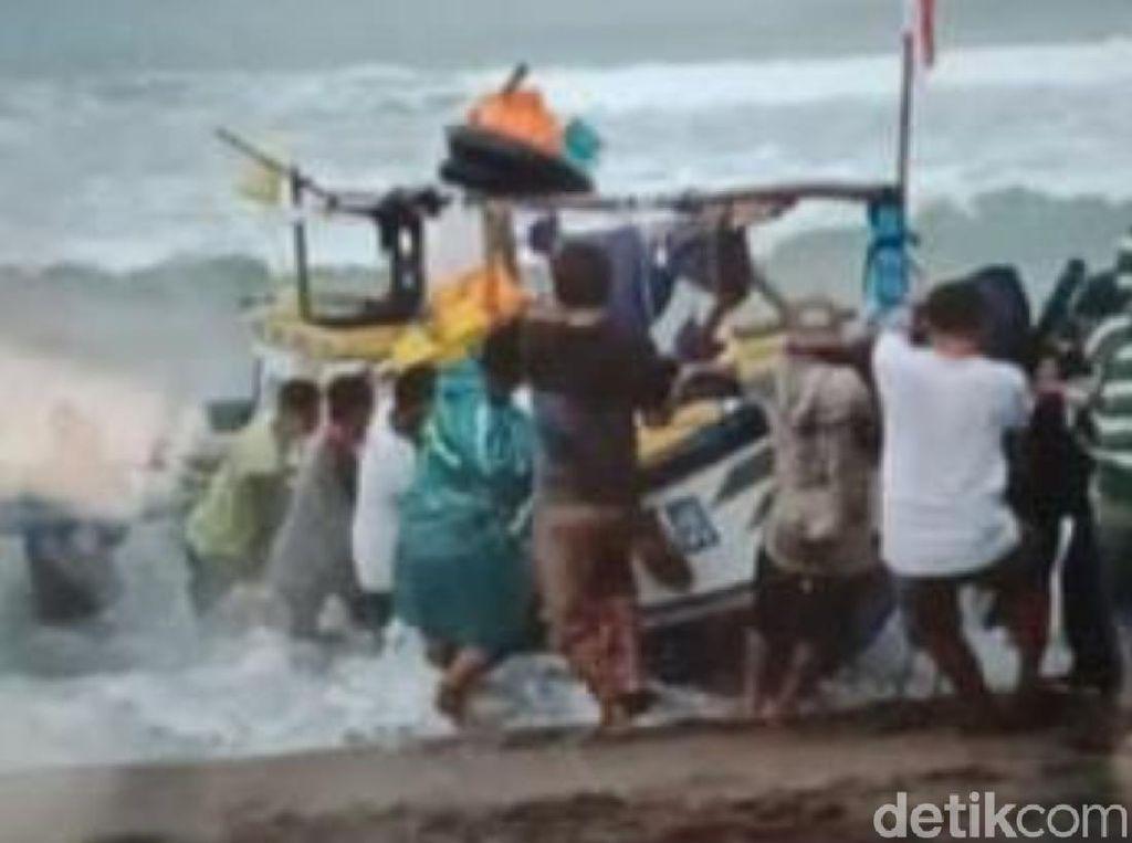 Perahu Terbalik Usai Ambil Benur, 4 Nelayan Sukabumi Tercebur ke Laut
