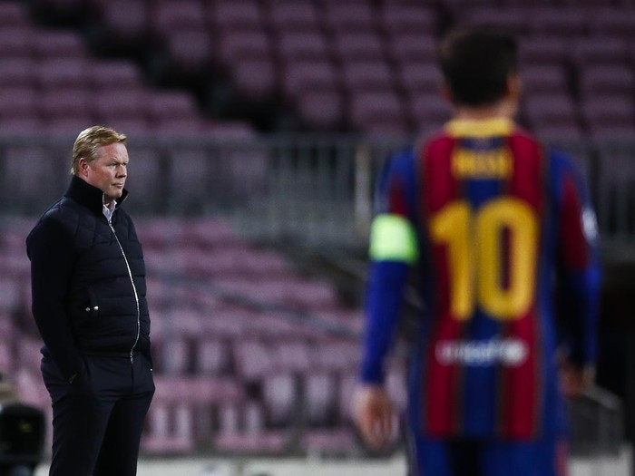 BARCELONA, SPAIN - NOVEMBER 04: Ronald Koeman, head coach of FC Barcelona looks Lionel Messi of FC Barcelona during the UEFA Champions League Group G stage match between FC Barcelona and Dynamo Kyiv at Camp Nou on November 04, 2020 in Barcelona, Spain. (Photo by Eric Alonso/Getty Images)