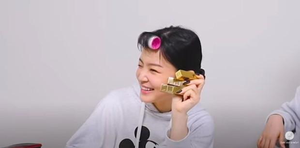 Lee Hi memakai NARS VIP Audacious Lipstickshade Anita.