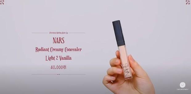 Lee Suhyun 'AKMU' memakai NARS Radian Creamy Concelear Light 2 Vanilla sebagai salah satu persiapan make up menyambut liburan.