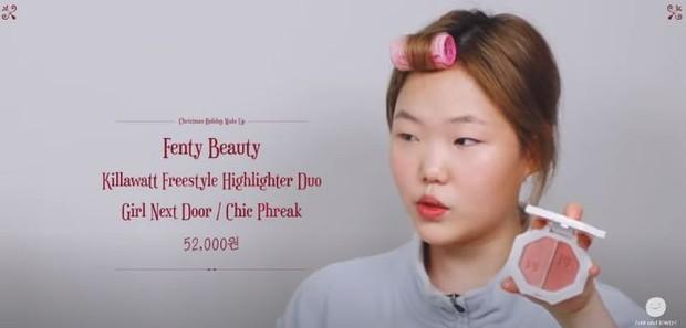 Lee Suhyun memakai Fenty Beauty Killwatt Freestyle Highlighter Duo shade Girl Next Door dan Chic Phreak untuk produk make up menyambut liburan.