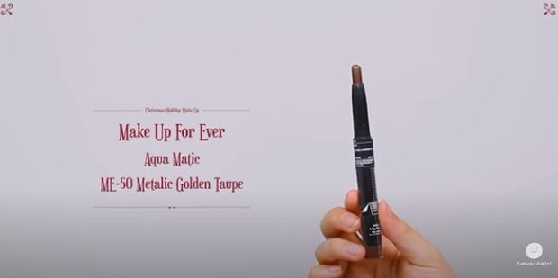 Lee Suhyun memakai Make Up For Ever Aqua Matic - ME 50 Metalic Golden Taupe untuk produk make up liburan akhir tahunnya.