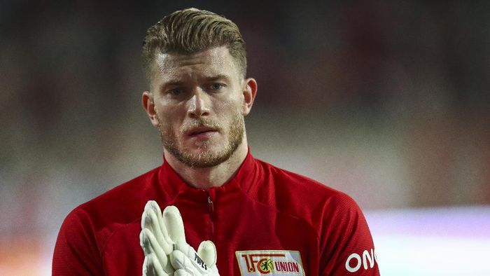 BERLIN, GERMANY - OCTOBER 02: Loris Karius of 1.FC Union Berlin warms up ahead of the Bundesliga match between 1. FC Union Berlin and 1. FSV Mainz 05 at Stadion An der Alten Foersterei on October 02, 2020 in Berlin, Germany. (Photo by Maja Hitij/Getty Images)