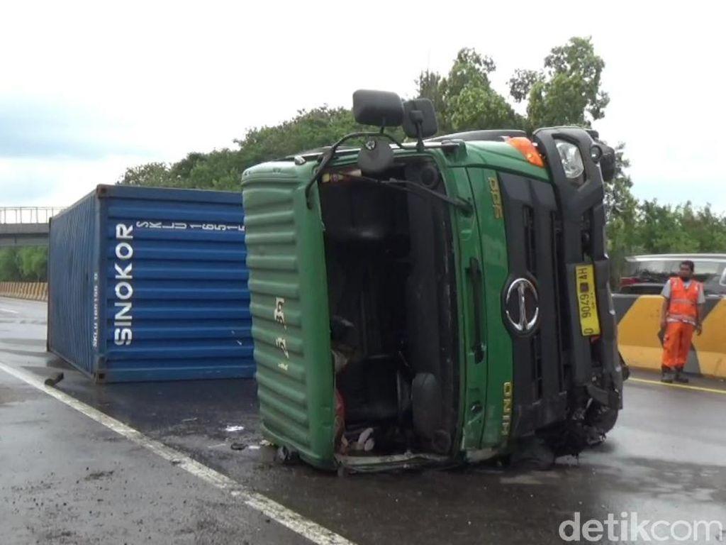 Kecelakaan Fatal di Cipularang, Mobil dan Truk Kontainer Terguling